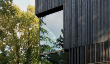 Fasade laget av brent tre